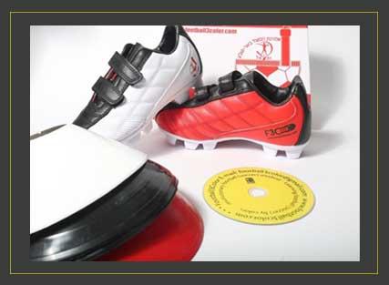 נעלים של הפועל באר שבע באדום, לבן ושחור עם קונוסים ודיסק