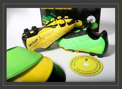 נעליים בצהוב, ירוק ושחור עם קונוסים ודיסק