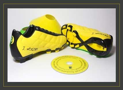 נעלים צהובות, שחורות וירוקות